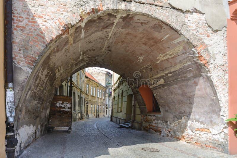 Lublin Gang door de oude stad Alle huizen zijn zeer oud en origineel Lublin bij zonsondergang stock foto