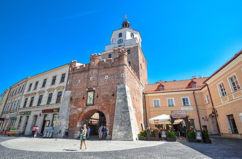 Lublin, Polônia - 10 de agosto de 2017: Porta velha de Cracow em Lublin, Polônia Centro da cidade velho da cidade de Lublin, Polô imagens de stock