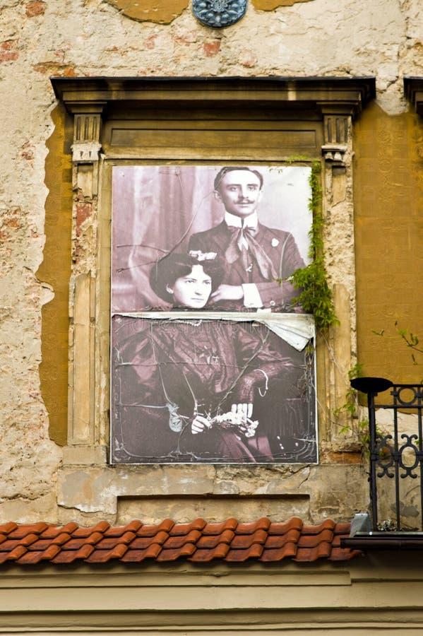 Lublin, Polônia: Detalhe velho das fachadas da cidade com os residentes anteriores da casa imagem de stock royalty free