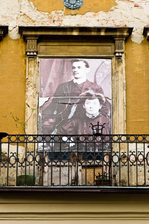 Lublin, Polônia: Detalhe velho das fachadas da cidade com os residentes anteriores da casa fotos de stock royalty free