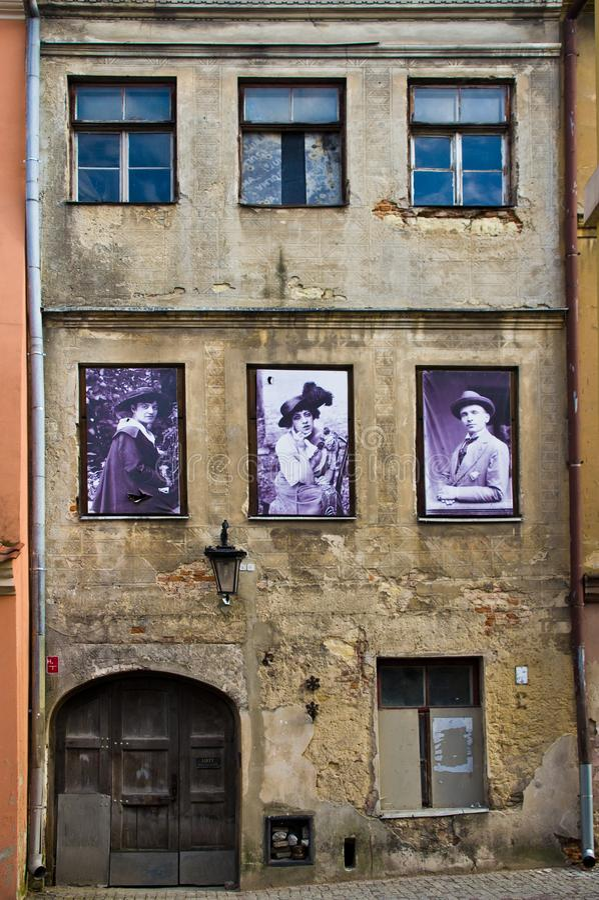 Lublin, Polônia: Detalhe velho das fachadas da cidade com os residentes anteriores da casa imagens de stock royalty free