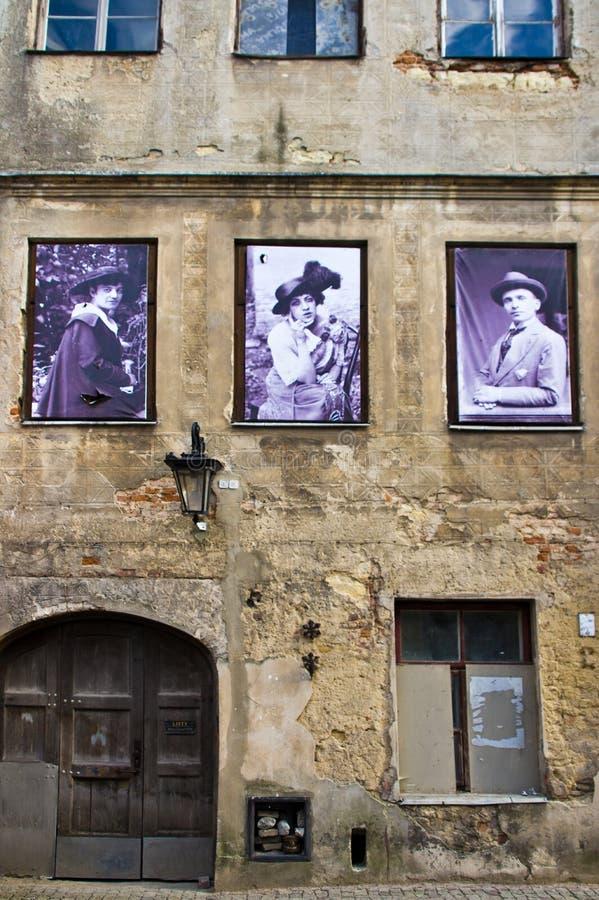 Lublin, Polônia: Detalhe velho das fachadas da cidade com os residentes anteriores da casa foto de stock