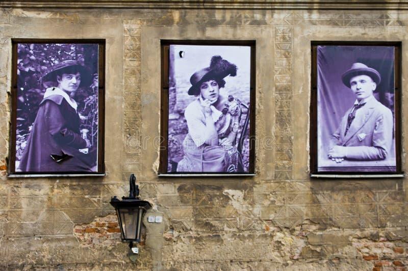 Lublin, Polônia: Detalhe velho das fachadas da cidade com os residentes anteriores da casa imagens de stock