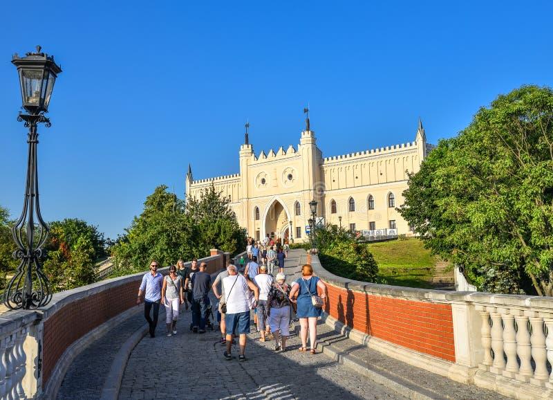 Lublin, Polen - 11. August 2017: Das königliche Schloss von Lublin, Brücke mit Touristen und hellem blauem Himmel Lublin ist die  stockbilder