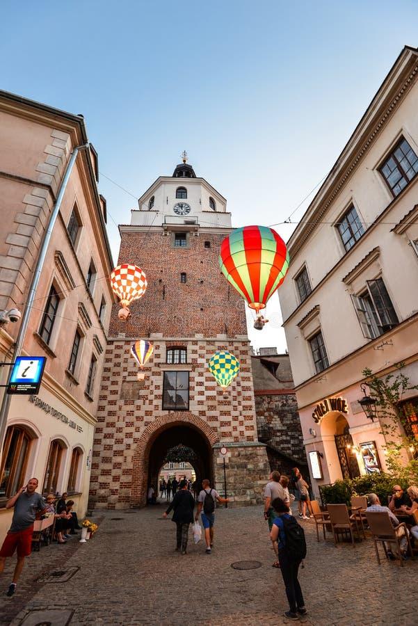 Lublin, Polen - 10. August 2017: Schöne Abendstraße, glühende Ballone und alte helle Gebäude in der alten Stadt von Lublin, P stockfotos