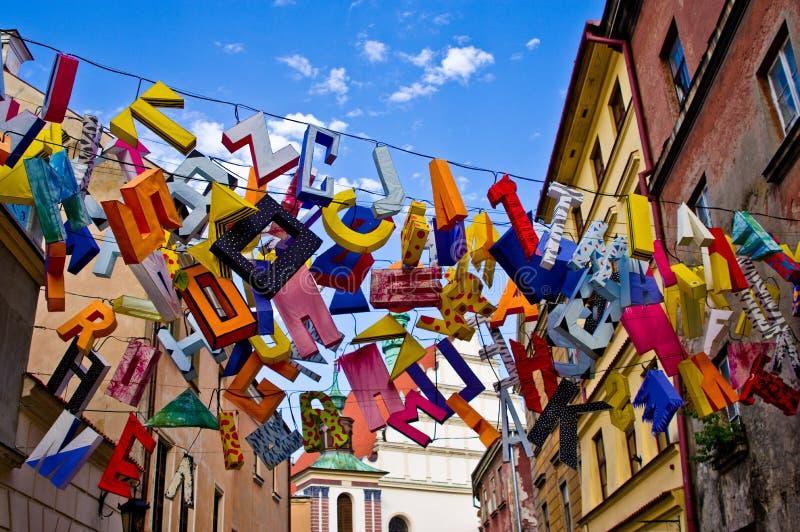 Lublin Polen, de moderne vertoning van de kunst oude stad met het kleurrijke brieven hangen royalty-vrije stock foto's