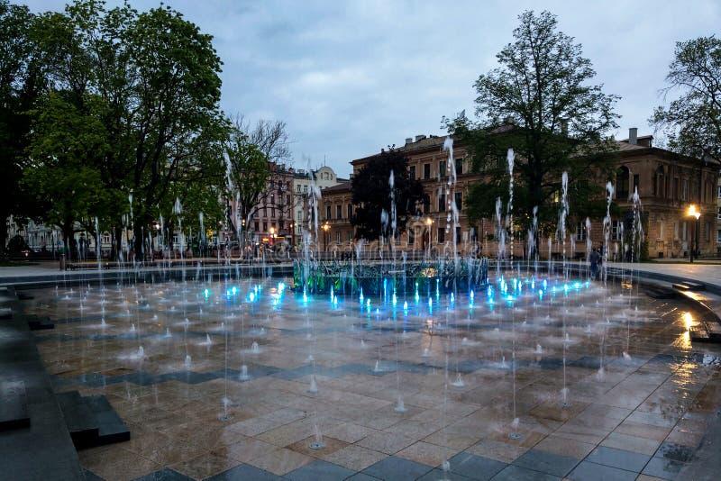 Lublin, Polonia - 14 de mayo de 2019: Área peatonal grande con las fuentes hermosas por la tarde imagen de archivo libre de regalías