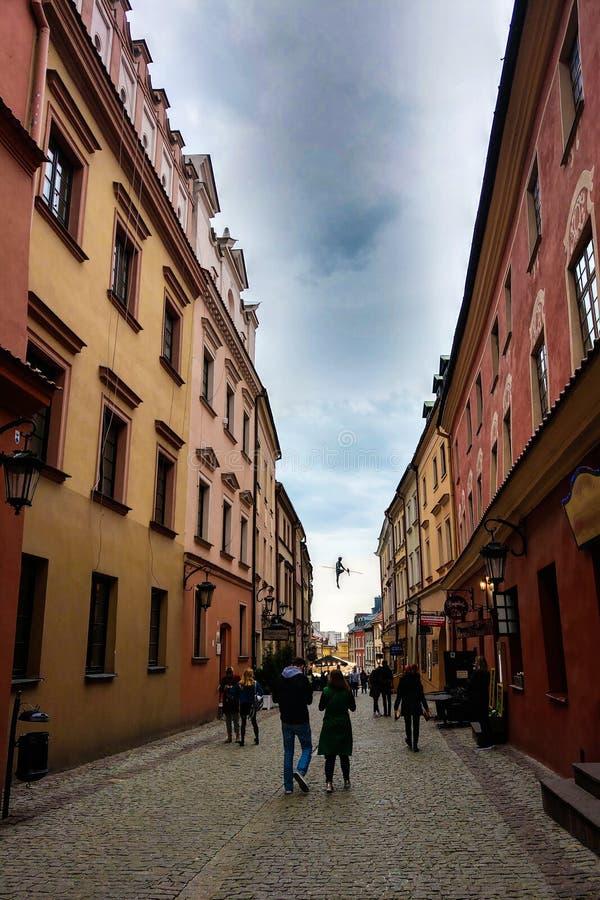 Lublin, Polonia - 14 de mayo de 2019: Las calles estrechas de la ciudad vieja de Lublin, que los turistas están caminando lentame imagen de archivo libre de regalías