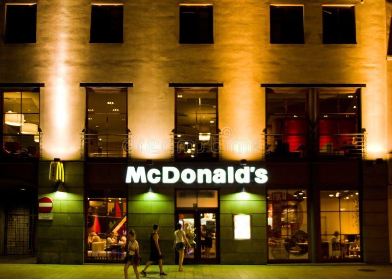Lublin, Polonia, restaurante de Mc Donald en la noche imagen de archivo