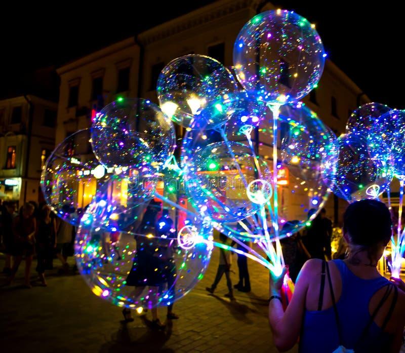 LUBLIN POLSKA, LIPIEC, - 27, 2018: DOWODZONY przejrzysty balon z barwiącą świecącą girlandą Żywi światła przy nocą fotografia royalty free
