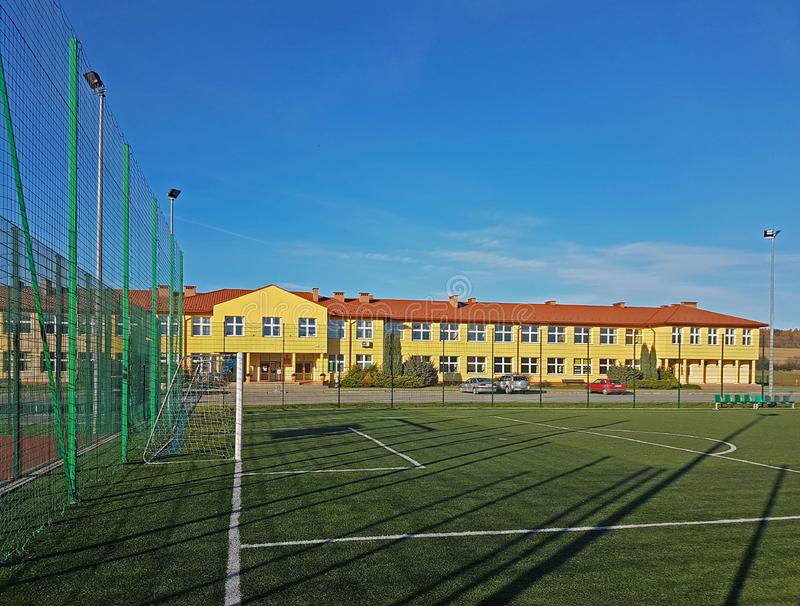 Lubno Polen - juli 9 2018: En öppen stadion i borggården av en byskola Eduction av den mer unga utvecklingen sportar royaltyfria foton