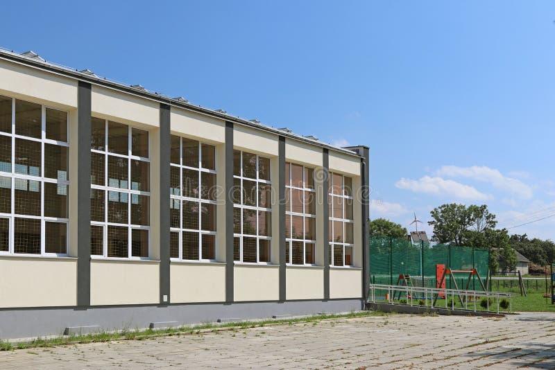 Lubno, Polonia - 9 de julio de 2018: El pasillo de deportes moderno de la escuela del pueblo El edificio de la salida de la gener fotos de archivo libres de regalías