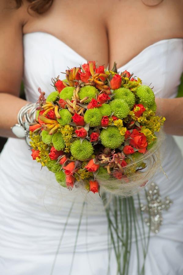 Download Ślubny Bukiet Z Czerwieni I Zieleni Kwiatami Fotografia Royalty Free - Obraz: 28050547