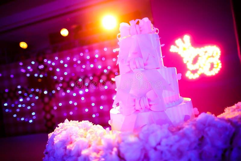 Download Ślubny tort obraz stock. Obraz złożonej z flory, ceremonia - 28953631