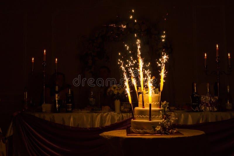 Download Ślubny tort obraz editorial. Obraz złożonej z niebezpieczeństwo - 65225730