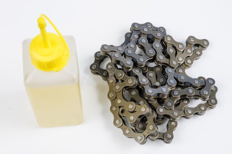 Lubrificando a corrente da bicicleta com o lubrificante líquido SE periódico imagens de stock royalty free