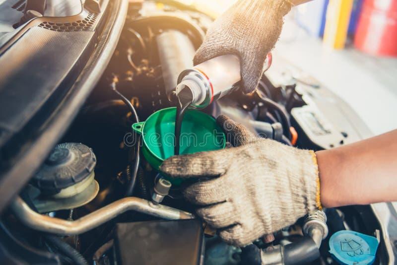 Lubrificante do óleo da mudança da manutenção do carro e do motor de enchimento fotografia de stock