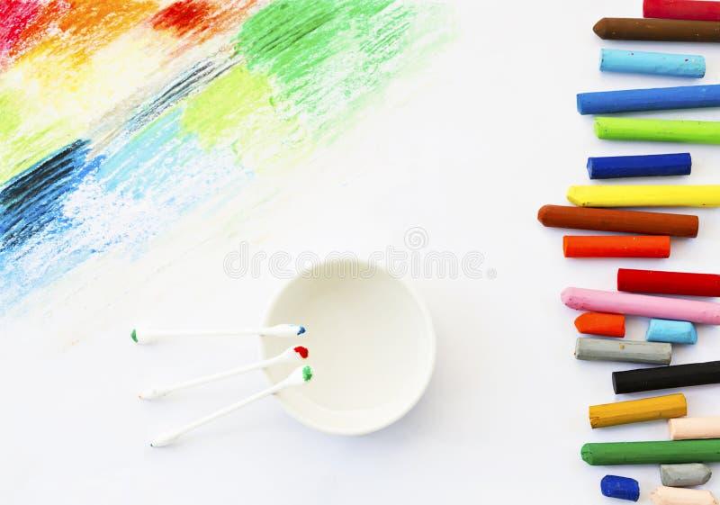 Lubrifique o desenho da arte dos pastéis das cores pastel e o botão coloridos do algodão no branco imagem de stock