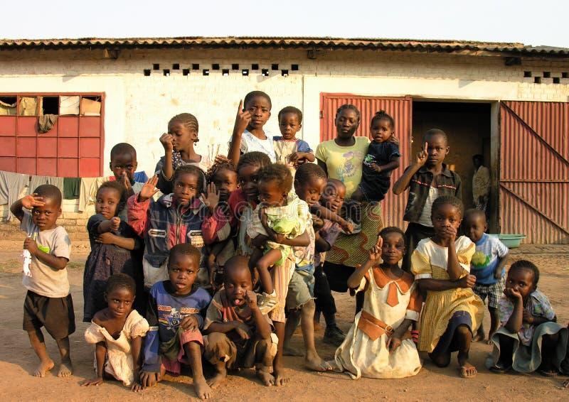 Lubumbashi, el República del Congo Democratic, circa mayo de 2006: Grupo de niños y de mujeres que presentan para la cámara foto de archivo libre de regalías