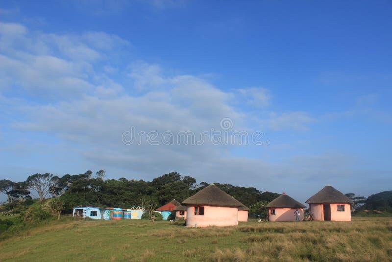 Lubungula loge och gästhus, afrikanska xhosakojor i den östliga udden, Sydafrika, lös kust royaltyfri bild