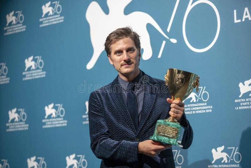 Luca Marinelli pose avec la Coppa Volpi photographie stock libre de droits