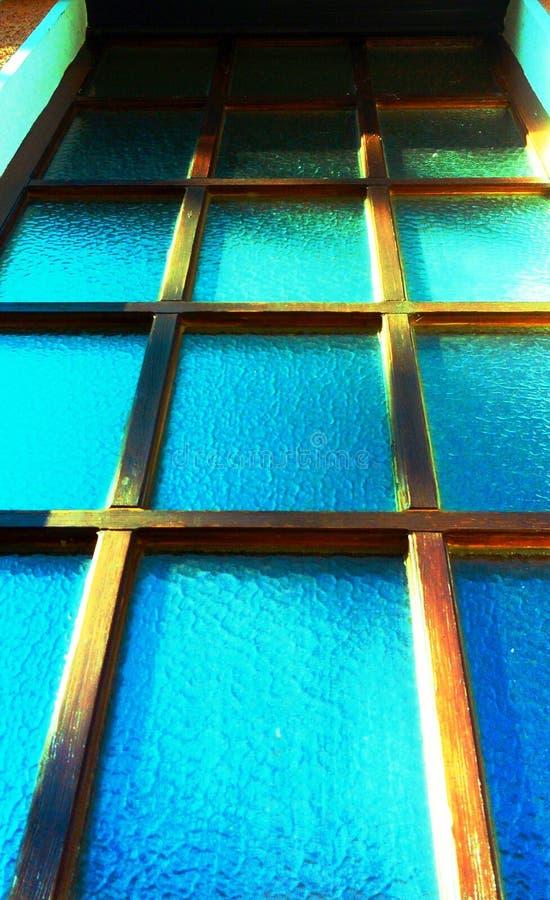 Lucarne verticale avec le cadre en bois photographie stock