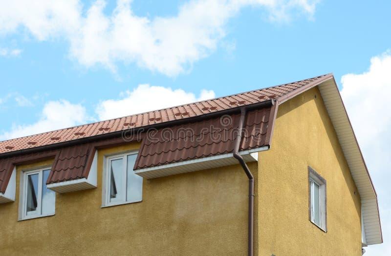lucarnes sur le toit en m tal une maison avec un toit fait. Black Bedroom Furniture Sets. Home Design Ideas