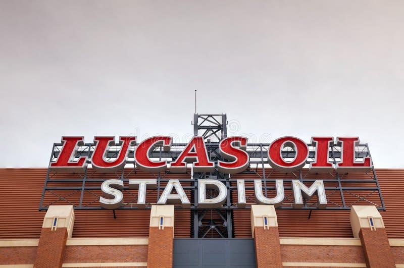 Lucas Oil Stadium assina dentro Indianapolis imagem de stock