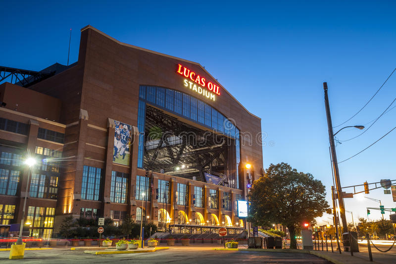 Lucas Oil Stadium i centrum av Indianapolis, Indiana arkivfoton