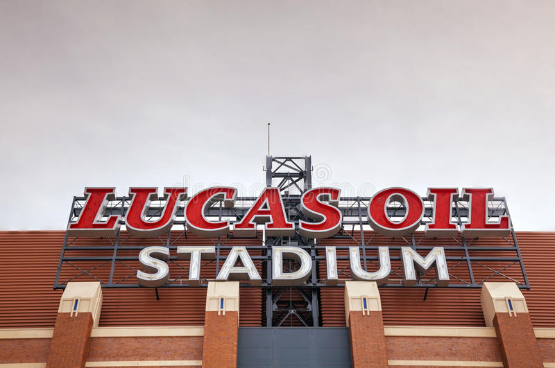 Lucas Oil Stadium-teken in Indianapolis stock afbeelding