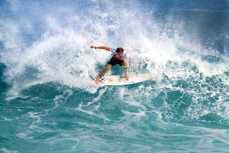 Lucas Stedman que practica surf en los amos de la tubería foto de archivo