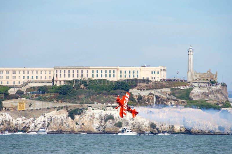 Lucas wyczynu kaskaderskiego samolotu spełnianie w flota tygodnia pokazie lotniczym fotografia royalty free