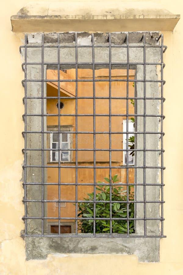 Lucca fönster med raster, Tuscany, Italien arkivbilder