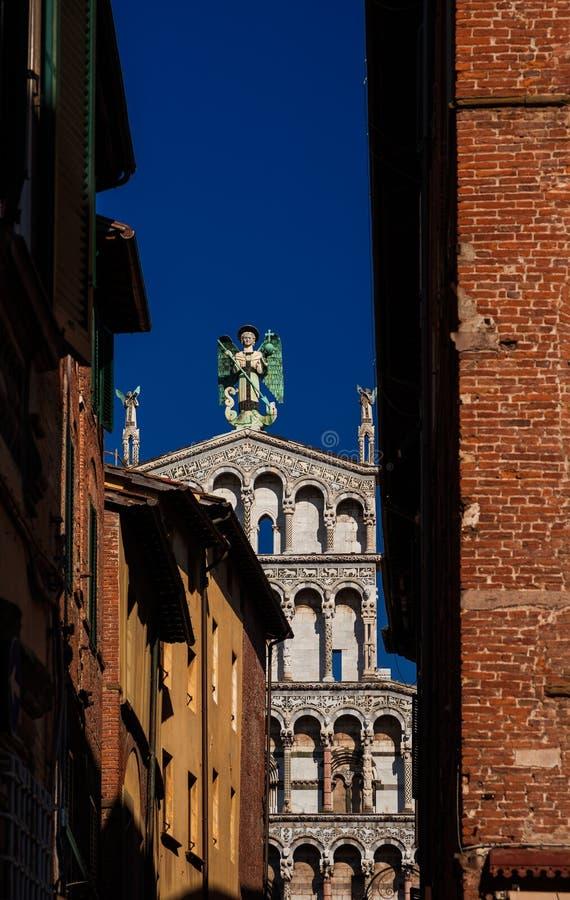 Lucca historisk mitt med St Michael Church royaltyfria foton