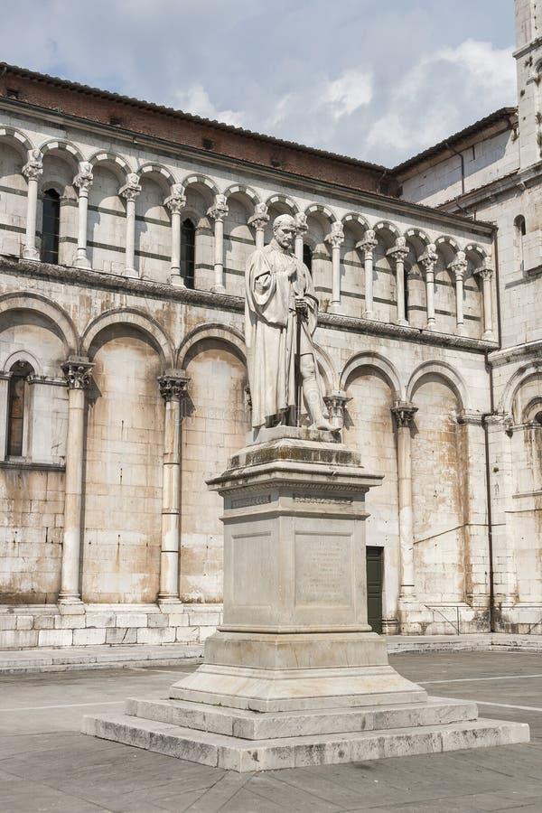 Lucca, Italia, statua di Francesco Burlamacchi, dietro cathed immagine stock