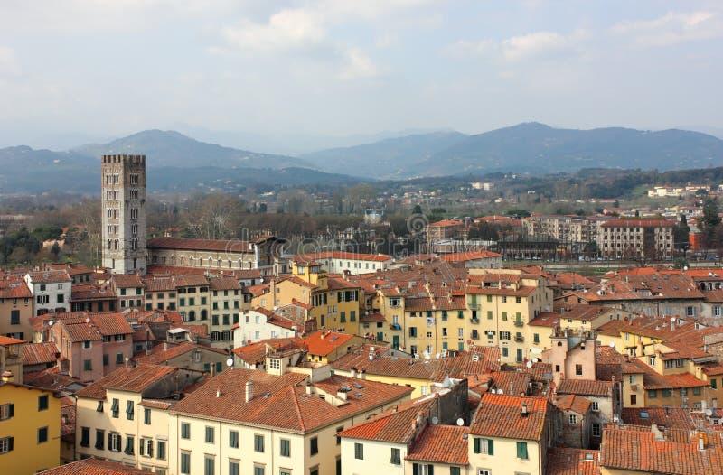 Lucca-panoramische Ansicht mit Marktplatz dell Anfiteatro stockbild