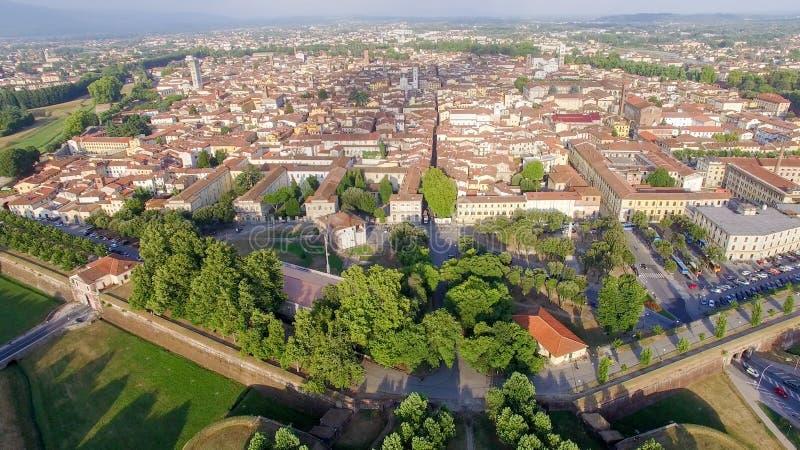 Lucca, Toscana - Italia Vista aérea de la ciudad vieja y de la pared antigua fotografía de archivo