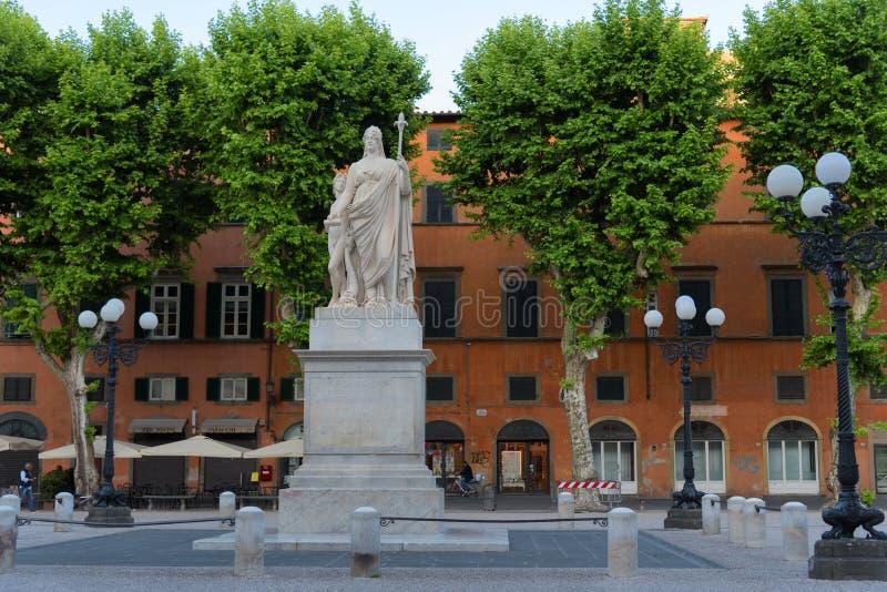 LUCCA, WŁOCHY †'MAJ 23, 2017: Wspaniałego lata dzienny widok piazza San Michele świętego Michael kwadrat w Lucca, Włochy fotografia royalty free