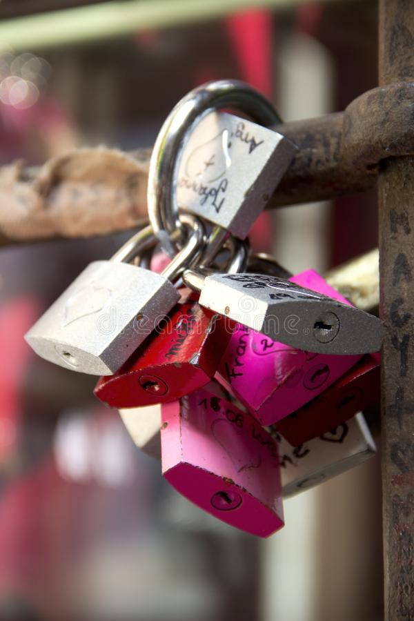 Lucchetti, simboli di amore nell'iarda di Julia a Verona fotografia stock