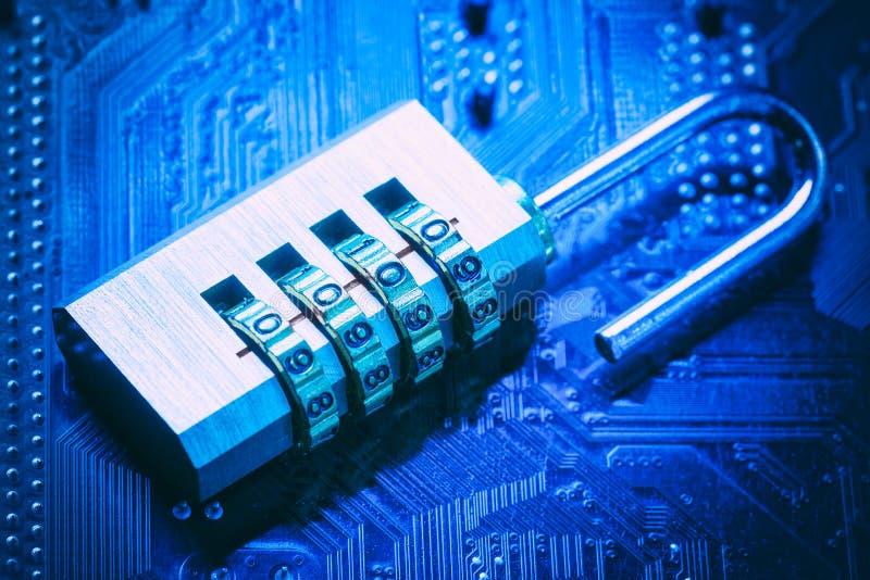 Lucchetto aperto sulla scheda madre del computer Concetto di sicurezza dell'informazione di segretezza di dati di Internet Immagi immagini stock libere da diritti