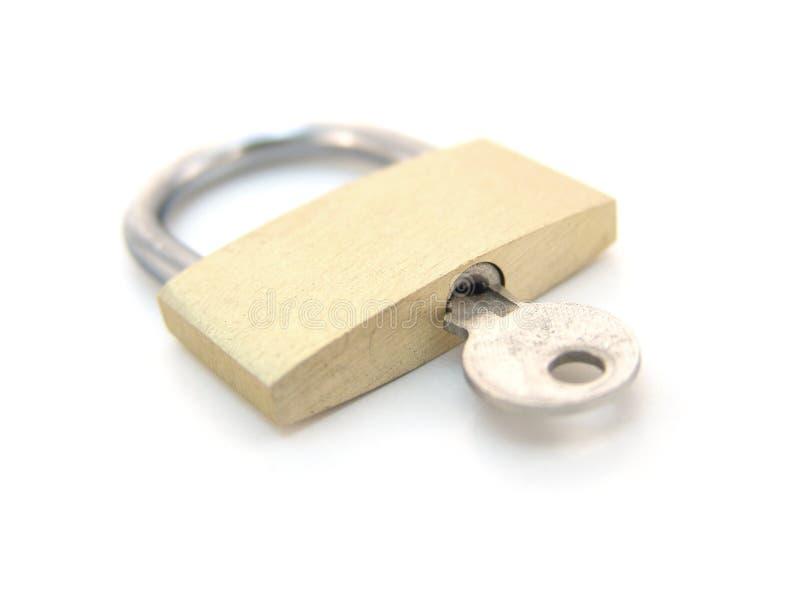 Lucchetto d'ottone con il tasto - locked immagini stock libere da diritti