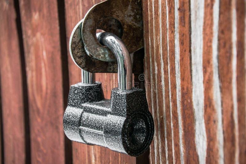Lucchetto potente sulla vecchia porta di legno Struttura, fondo, concetto immagini stock libere da diritti