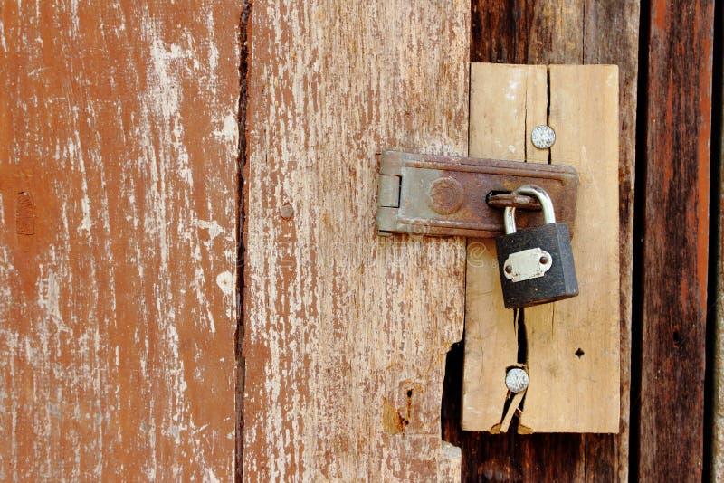 Lucchetto sulla vecchia porta di legno immagini stock