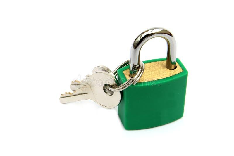 Lucchetto verde, bloccato, con due chiavi su fondo bianco fotografie stock libere da diritti