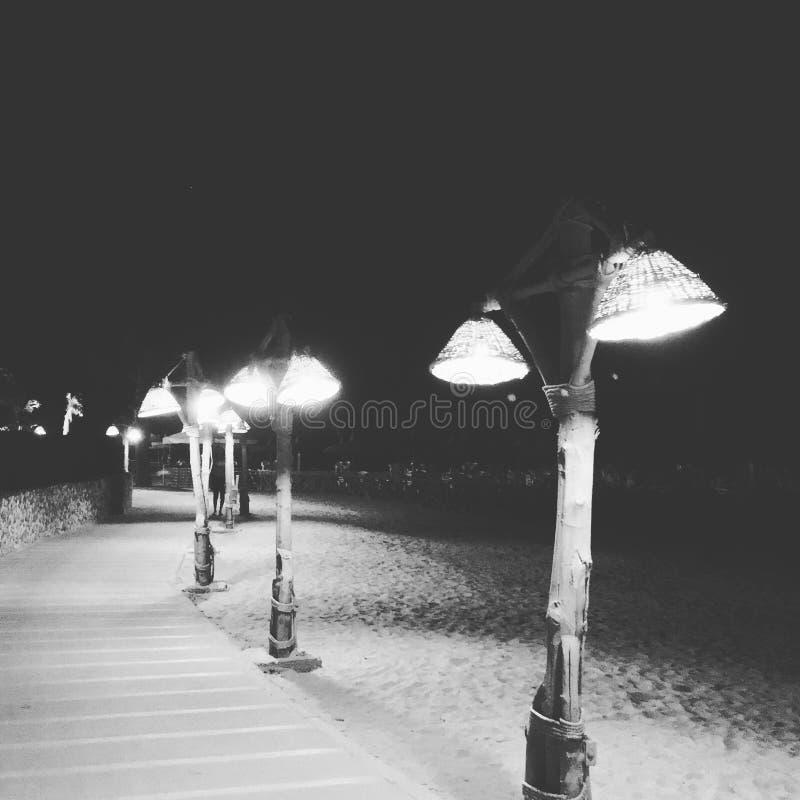 luce alla spiaggia di notte fotografia stock
