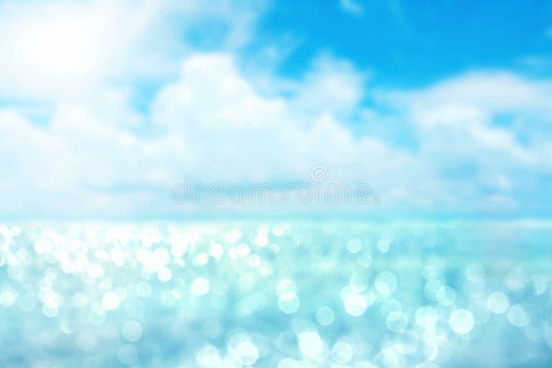 Luce astratta della sfuocatura sui precedenti dell'oceano e del mare per estate immagini stock libere da diritti