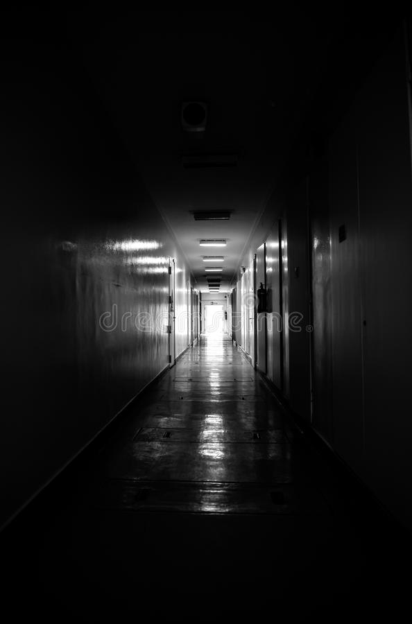 Luce attraverso la finestra al corridoio fotografie stock