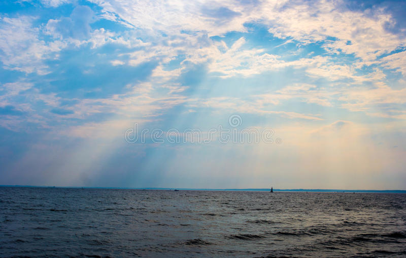 Luce attraverso le nuvole immagini stock libere da diritti