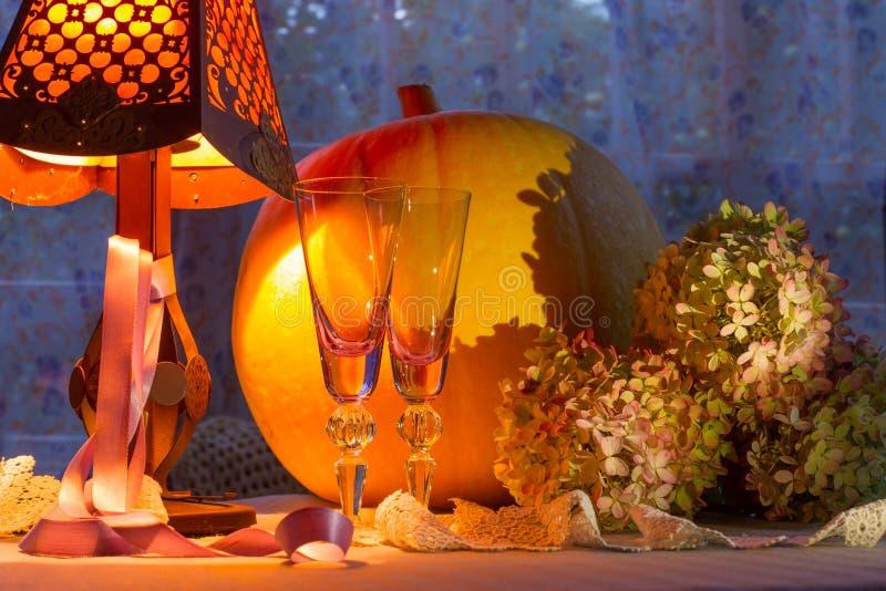 Luce calda di vetro, dello zucca delle tazze, dell'ortensia, del fonr e della lampada Romant fotografia stock libera da diritti