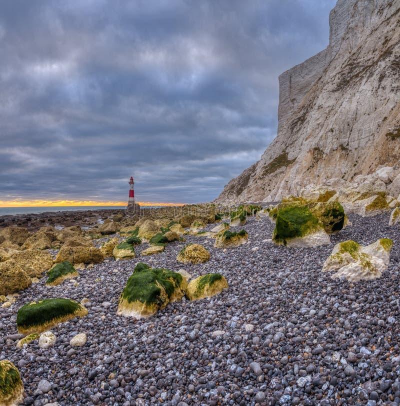 Luce capa sassosa dalla spiaggia su un tramonto di sera di autunno con HDR che elabora, East Sussex, Regno Unito immagine stock